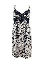 Платье гораздо эффектнее, чем на картинке. Размер в размер длина чуть выше колен.Купила к нему еще шейный платочек черно-белой леопардовой расцветки  и получилось просто супер!