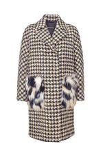 Пальто очень стильное, село отлично, идет размер в размер, на карманах мех вроде искусственный.Людмила, С-Петербург